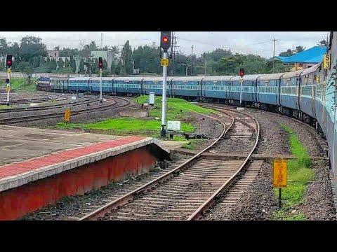 Mahalaxmi Express Entering In Sangli Railway Station | WDP4D | Late Running Train