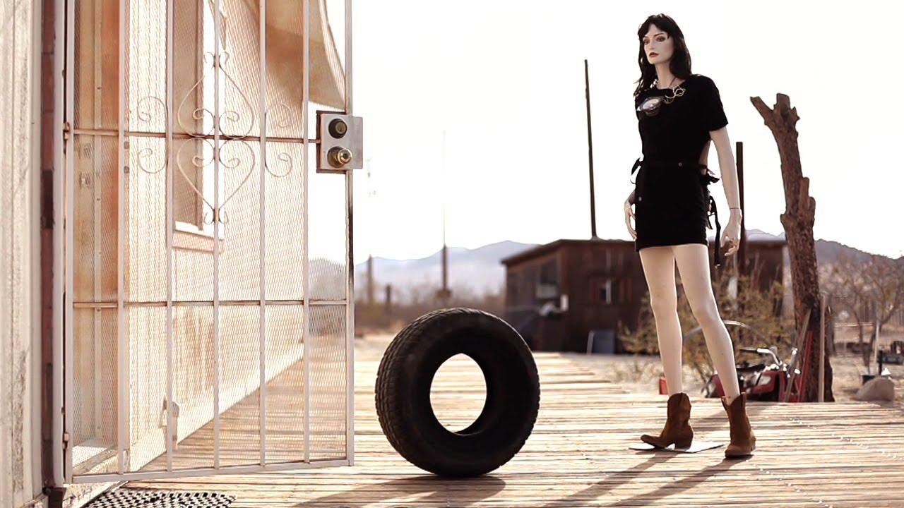 一只成精的轮胎,不仅拥有超能力,还爱上了一个女孩!