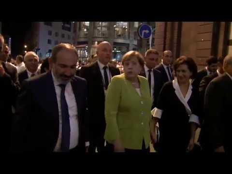 Ангела Меркель в сопровождении премьер министра и президента Армении прогулялась по вечернему Ереван