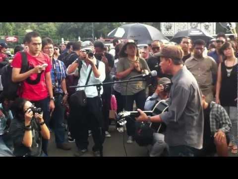 Efek Rumah Kaca - Di Udara - Live @ Depan Istana Merdeka 2012 [ERK]