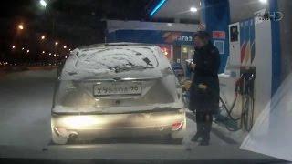 بالفيديو.. احتراق سيارة نتيجة لاستهتار امرأة بقواعد الأمان في محطة وقود (فيديو)