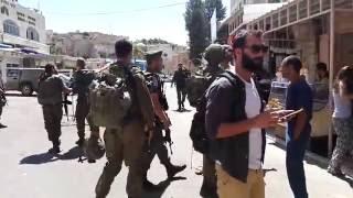חברון: פעילי ימין תוקפים פעילי שמאל (שוברים שתיקה) ליד מערת המכפלה ורחוב השוהדא