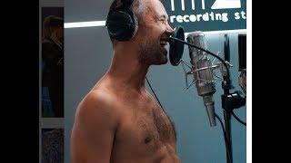 Сергей Бабкин записывает песни без одежды
