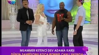 Seda Sayan kendini dünyaca ünlü vücüt sampiyonu zenci adamin kucagina atti .flv