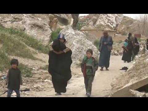 """شاهد.. خروج مقاتلي داعش مع أسرهم من """"باغوز"""" آخر معاقلهم في سوريا…"""