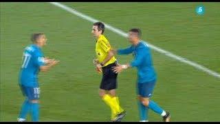Cristiano Ronaldo da un motivo al árbitro después de ser expulsado por despedir a su camisa