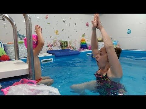 Детский бассейн//Настя учится делать звездочку и поплавок на воде