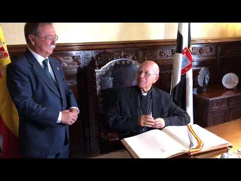 Ricardo Blázquez firma en el libro de honor de la Ciudad de Ceuta