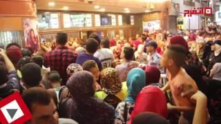 اتفرج | حسن الرداد يفاجئ جمهوره أمام سينما مترو