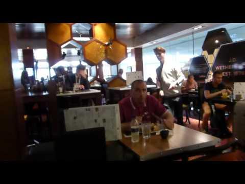 Gatwick Airport  -    Wetherspoon Pub -  Flugvöllur - Á leið til Íslands