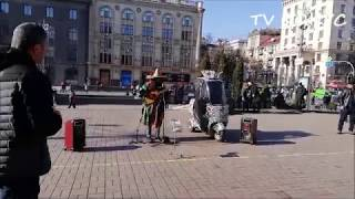 Уличный музыкант. Мексиканец музыкант. Крещатик. Киев. Украина. 17.02.2019 г.
