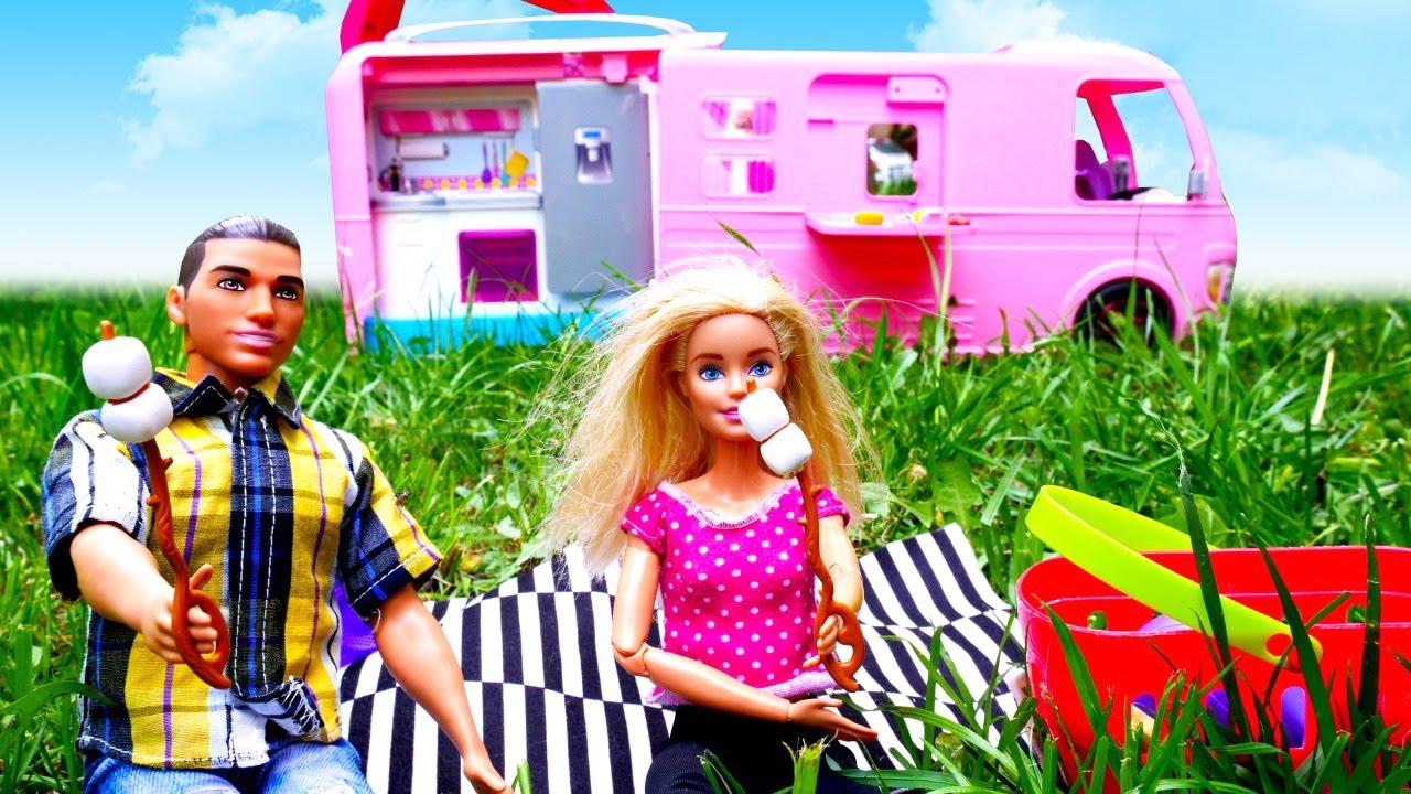 """Un viaje en """"Barbie Van Camper"""". Vídeos de Barbie en español. Vídeos para niñas"""