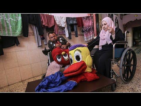 زوجان معوقان يصنعان الدمى لإعالة أسرتهما في غزة.. ضحية جديدة من ضحايا كورونا…  - 17:58-2020 / 8 / 4