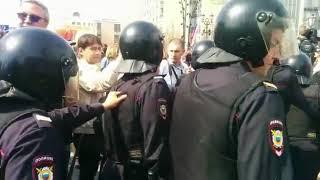 Полиция врывается в толпу на митинге