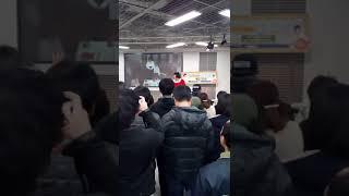 関西で有名な吉本新喜劇の座長の酒井藍が大阪の難波のヤマダ電機でのイ...