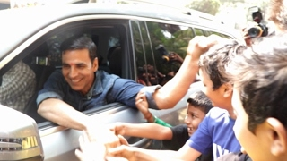 Akshay Kumar Stops To Meet His Small Fans