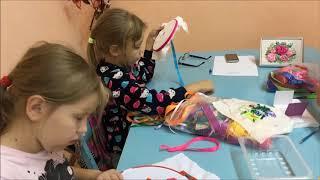 """Видео-фрагмент занятия творческого объединения """"Кудазор"""", вышивка лентами """"роза""""."""