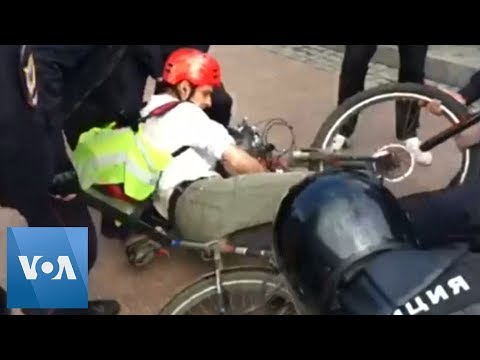Russia Police Beat Up Cyclist During Moscow Protest