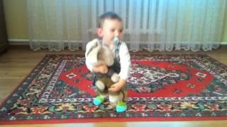 Ребенок играет с зайкой Ми