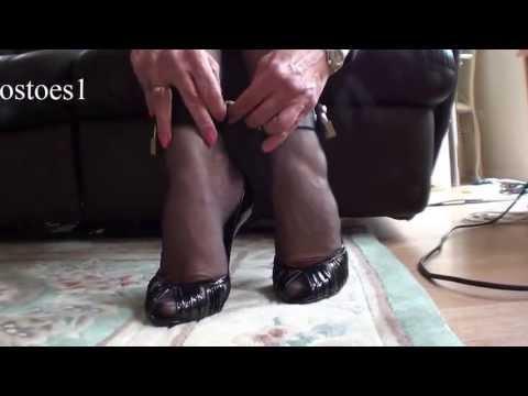 Beautiful woman in stockings starts to remove her clothesKaynak: YouTube · Süre: 31 saniye