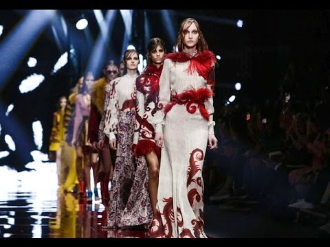 La passerella Just Cavalli alla Milano Fashion Week: hippie ma con classe