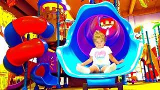 Катаемся на машинках по магазину в Доминикане BlueMall Punta Cana и играем на детской площадке.
