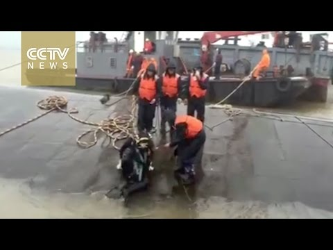 Footage shows dive under Eastern Star shipwreck in Yangtze