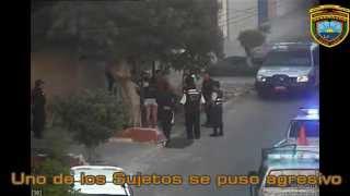 Sujeto ebrio tira botellas a Policias y Serenos.