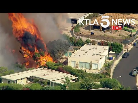 Brush Fire Threatens Homes in Pacific Palisades