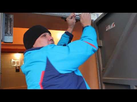 Как отрегулировать доводчик двери видео