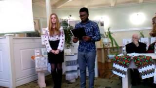 Студент-іноземець читає вірш Шевченка
