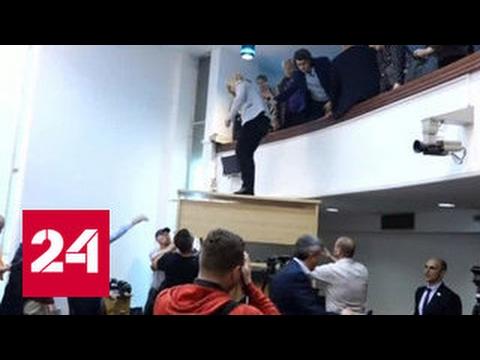 Из занятого демонстрантами парламента Македонии эвакуируют депутатов