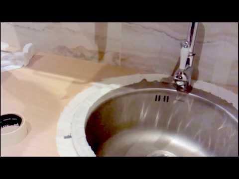 видео: Как приклеить кухонную мойку на силиконовый герметик http://masterovv.ru