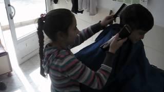 berberde kız  çocuk  harika makina tutuyo