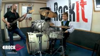 Маленький мальчик Давид - ученик школы RockIt играет на барабанах.