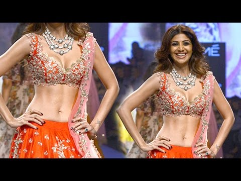 Shilpa Shetty Shows Her HOT Abs At Lakme Fashion Week 2016