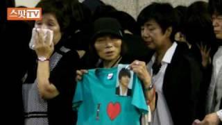 パク・ヨンハの葬儀場に駆けつけた日本から来た女性ファン達 thumbnail