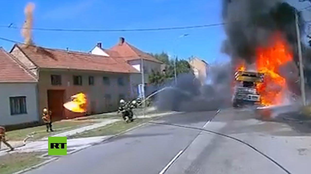 Bomberos esquivan los neumáticos que salen volando de una grúa en llamas