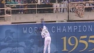 HOU@LAD: Hollandsworth robs Alou of a home run