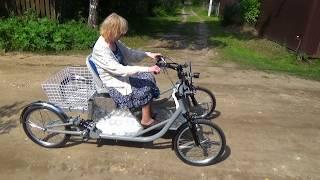 Электромобиль для пожилой женщины.
