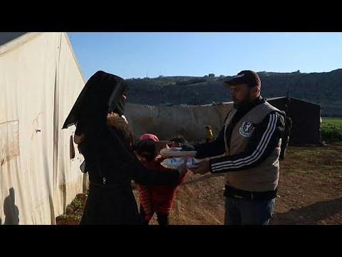 شاهد: متطوعون يوزعون وجبات الإفطار على النازحين السوريين في مخيمات إدلب…  - 21:58-2021 / 4 / 14