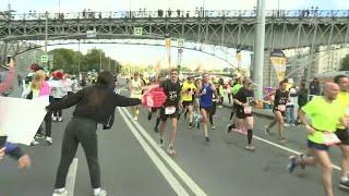 Этим утром стартовал один из крупнейших в мире традиционный Московский марафон.