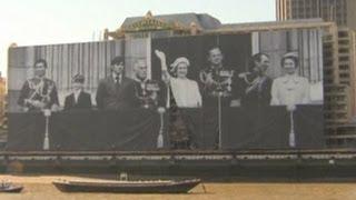 Foto Raksasa Keluarga Ratu Inggris di Sungai Thames
