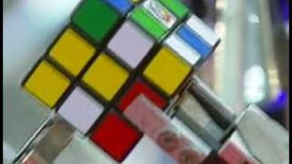 Robot shows how to solve Rubiks Cube