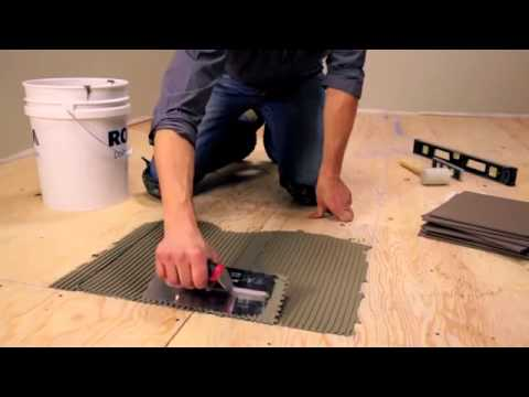видео: Укладка плитки на фанеру. Мастер в наколенниках.