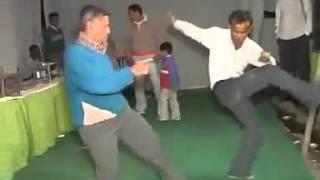 Un indian ametit dar care adora sa danseze! Sau cel putin asta crede el, ca danseaza :))
