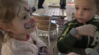 Маленькая НЯНЯ /Катя делает Бургер и мороженое/ Нарисовали кошечку на лице в Kidzania Лондон