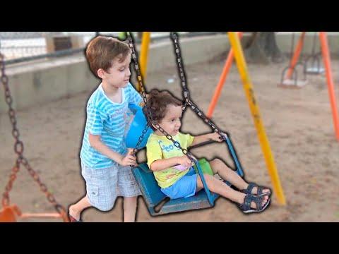 Crianças Brincando na Praça e Brinquedos do Parquinho com Paulinho e Toquinho