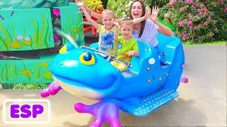 Parques infantiles al aire libre para niños Parque infantil con la familia Vlad