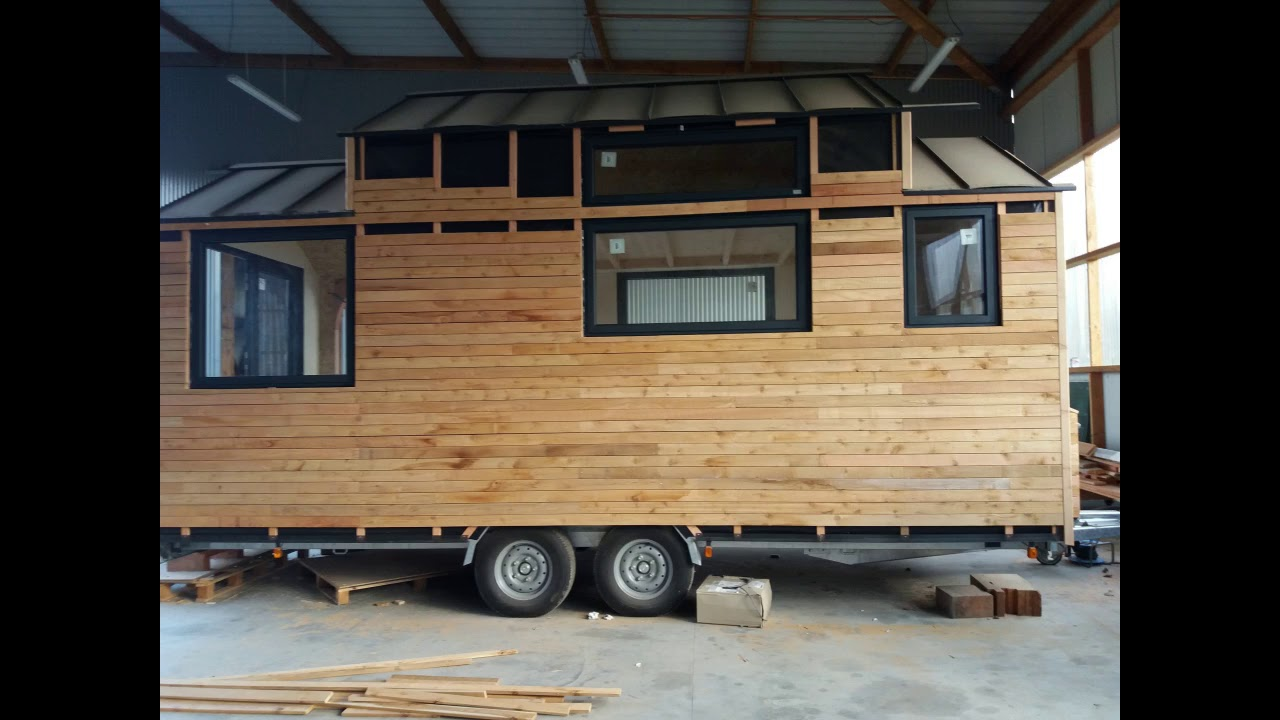 interview d 39 un constructeur de tiny houses youtube. Black Bedroom Furniture Sets. Home Design Ideas